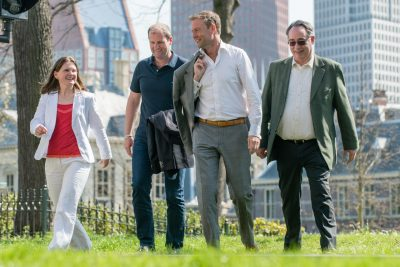 Groepsfoto bij een interview over marktvisie en aanbesteding. RVB: Ingrid Stekelenburg, Erik van Brakel marktpartij: Ralph en Patrick Klein.